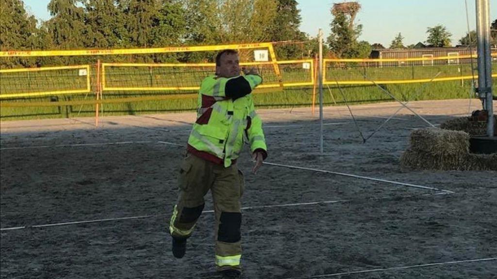 Elburgse brandweer speelt beachvolleybaltoernooi in volledig tenue