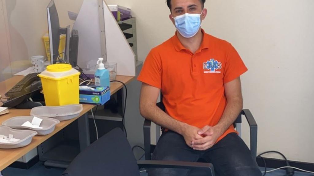 Hamed vaccineert in het azc waar zijn ouders 24 jaar geleden Nederland binnenkwamen