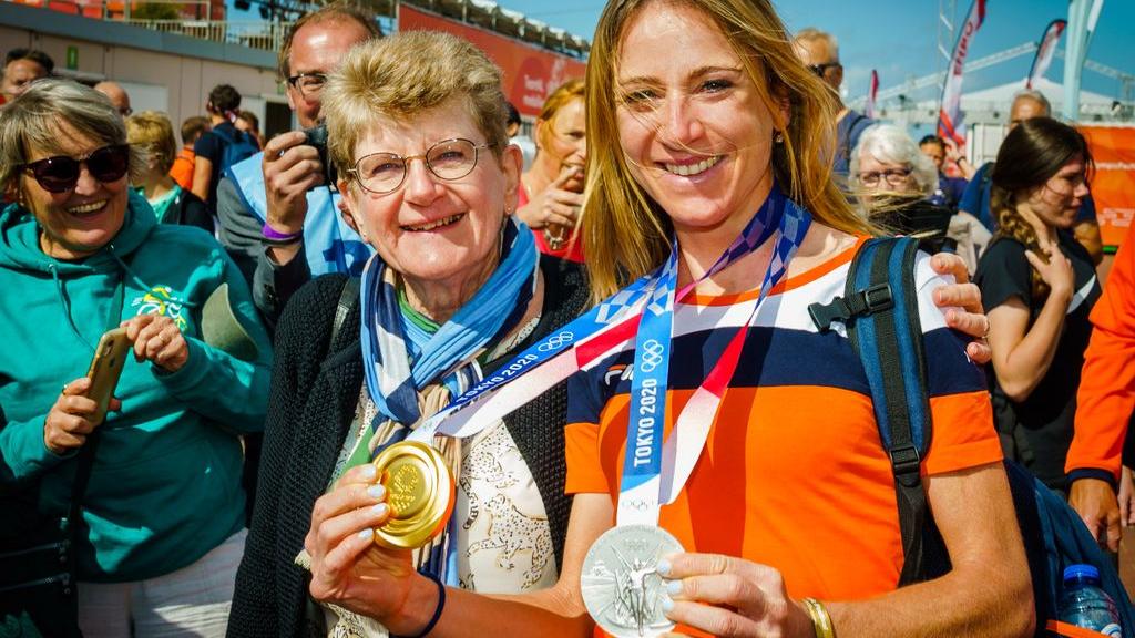 Wielrenster Annemiek van Vleuten en haar moeder Ria bij het Olympic Festival. Foto: ANP