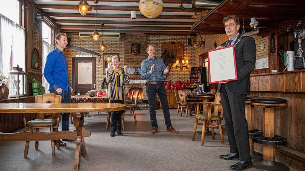 Burgemeester René Verhulst reikt Predicaat Hofleverancier uit aan Café Floor in Lunteren