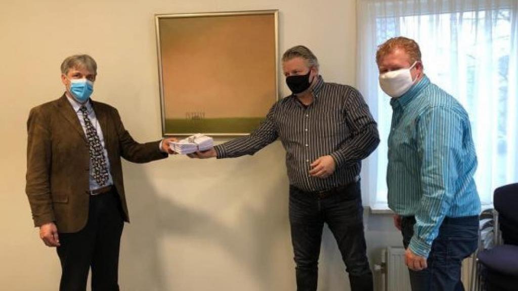 Actiegroep Foreesten Vierhouten overhandigt petitie aan wethouder