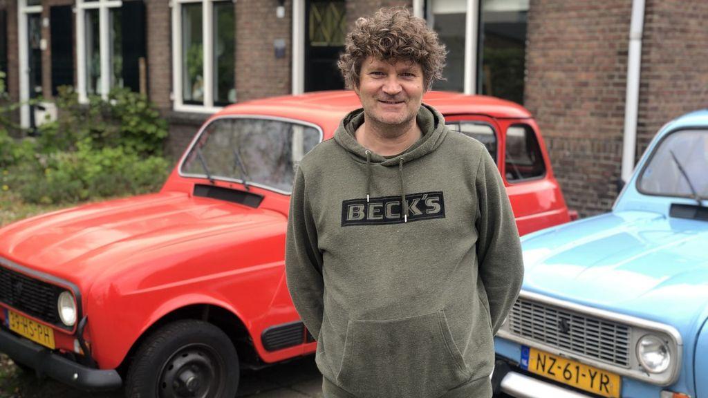 John Timmer biedt zijn oldtimers aan. Foto: Omroep Gelderland