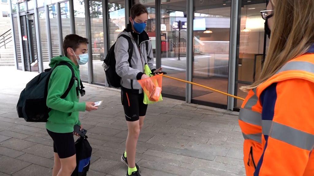Reizigers krijgen bloemzaad van de NS. Foto: Omroep Gelderland