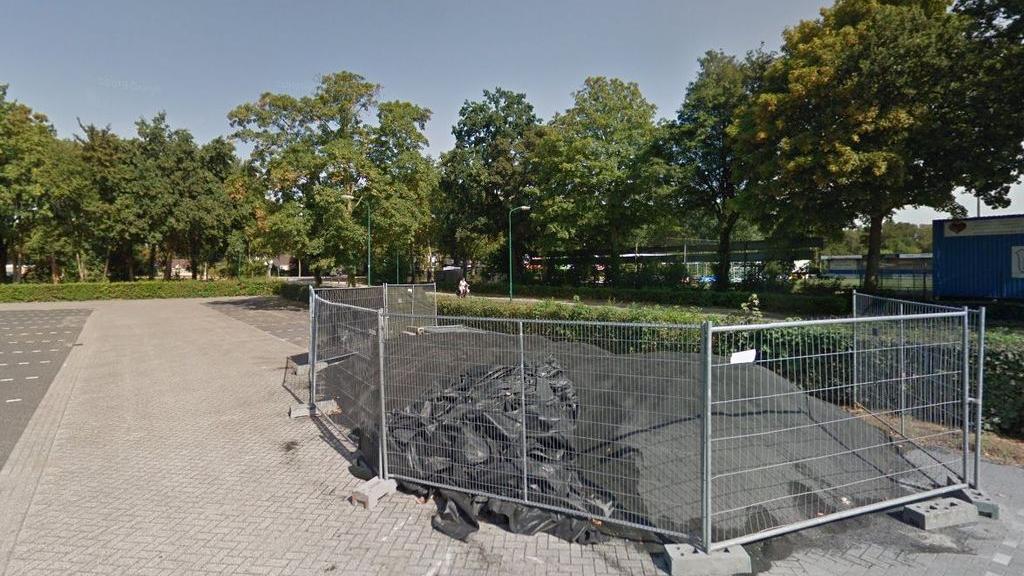 Mogelijk spelersbussen op parkeerterrein kindercentrum in Veenendaal