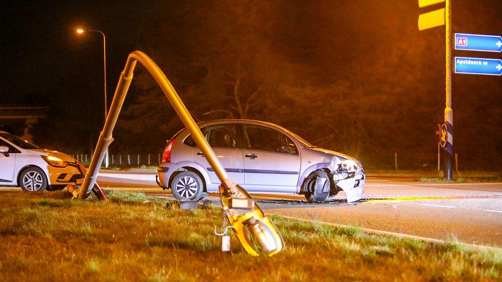 Automobilist ramt lantaarnpaal in Uddel en slaat op de vlucht