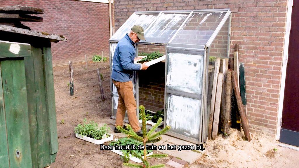 Vrijwilliger Ton aan het werk in de tuin van het Nederlands Tegelmuseum in Otterlo Foto: Erfgoed Gelderland