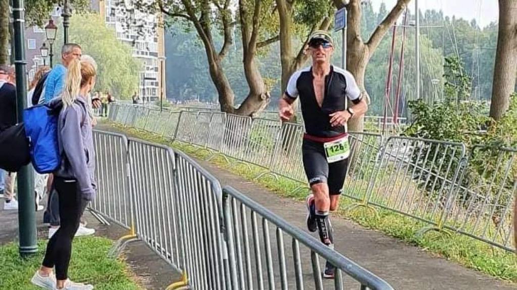 Podiumplek voor atleet Remon Hemmes tijdens triatlon in Hoorn
