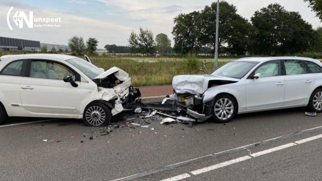 Twee auto's total loss na botsing in Harderwijk