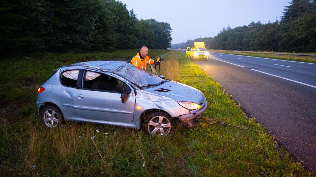 Auto slaat over de kop op A50, bijrijder gewond