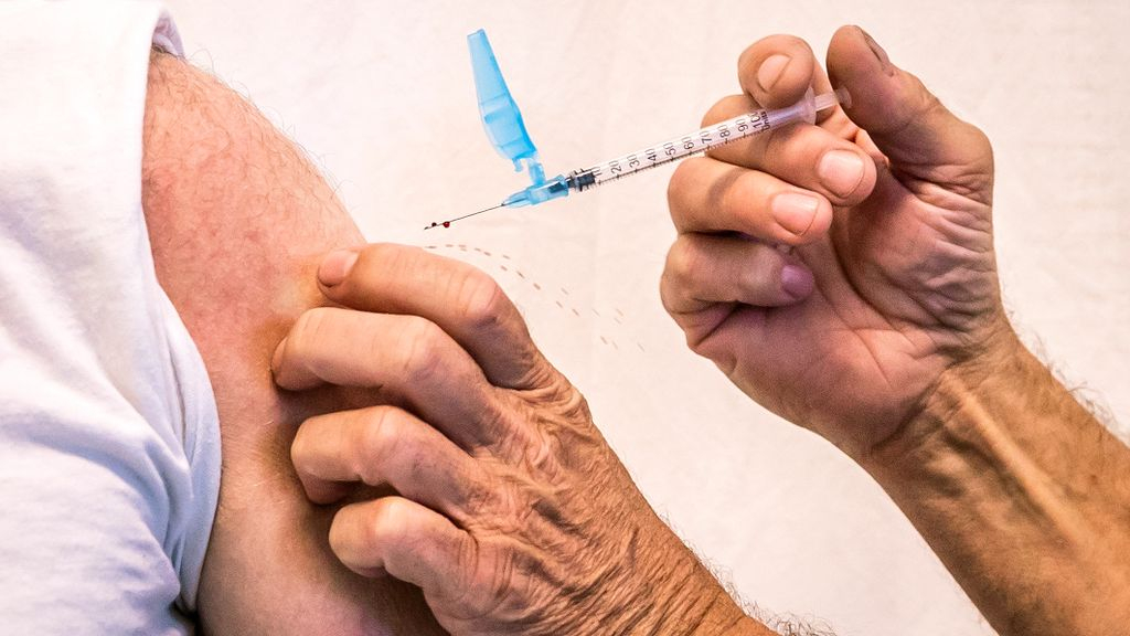 Iemand laat zich vaccineren. Foto: ANP