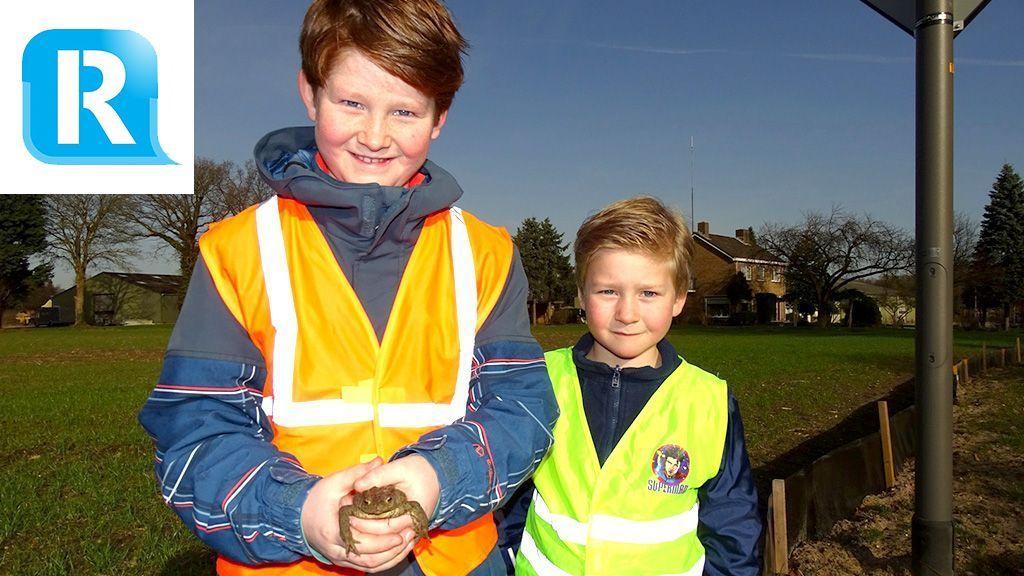 Broertjes Stan en Lucas helpen padden met oversteken