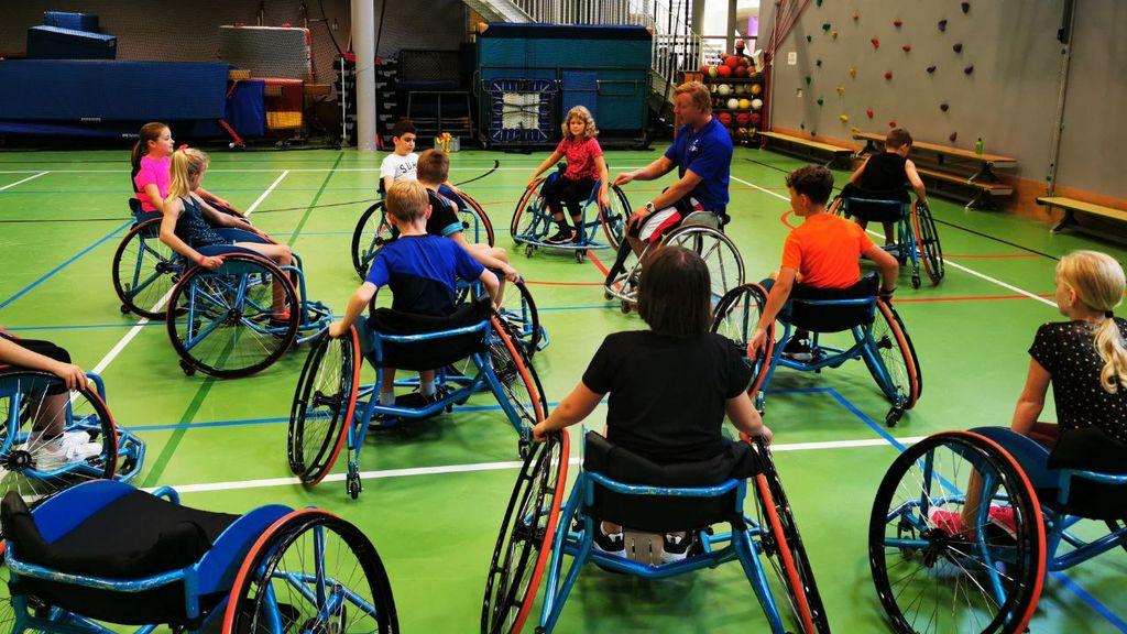 Basketballen vanuit een rolstoel, paralympiër geeft les