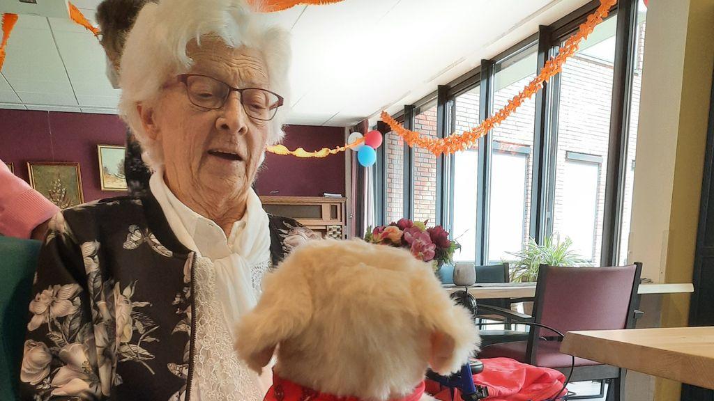 Bewoners blij met de robothond Foto: Stichting Kontakt
