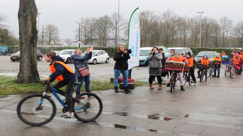 Wethouder Vlam bij start verkeersexamen basisschoolleerlingen in Woudenberg