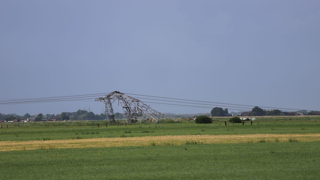 Een van de omgewaaide hoogspanningsmasten in Oosterwolde. Foto: News United