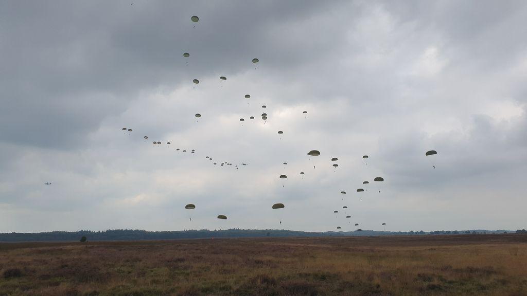 De parachutisten sprongen boven de Ginkelse Heide in Ede. Foto: Omroep Gelderland