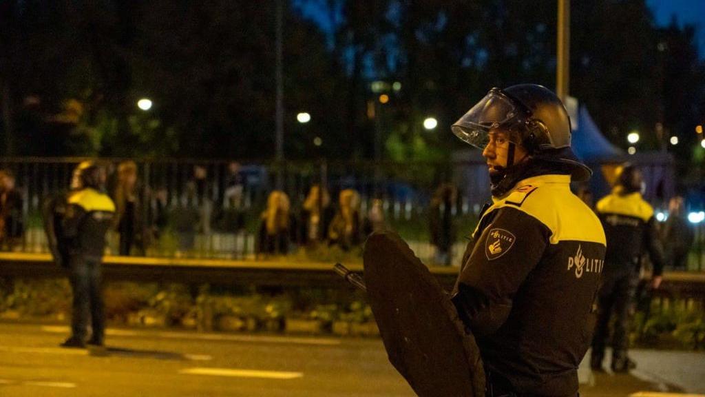 Arnhemmer gooit stenen naar politie, grote onrust na duel van Vitesse