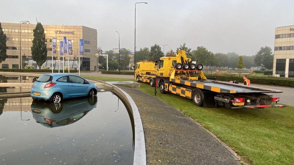 Auto belandt in fontein op rotonde Nijmegen