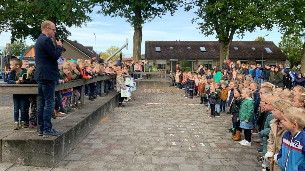 Een bedankje uitgedeeld aan leerlingen en personeel van de Boaz Jachinschool. Foto: Da Costaschool Elspeet.