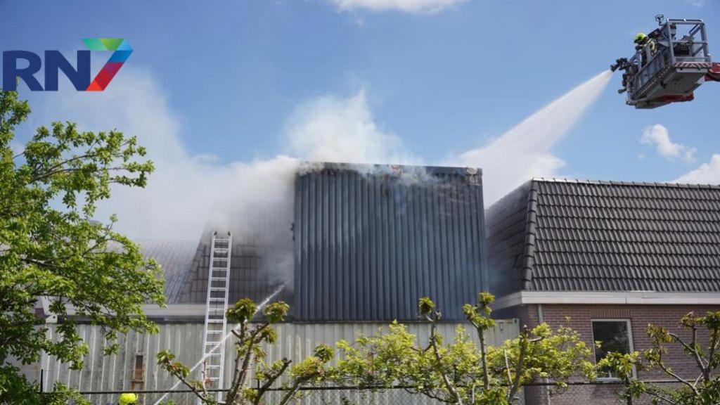 Opslag voor zaagsel staat in brand, veel rookontwikkeling