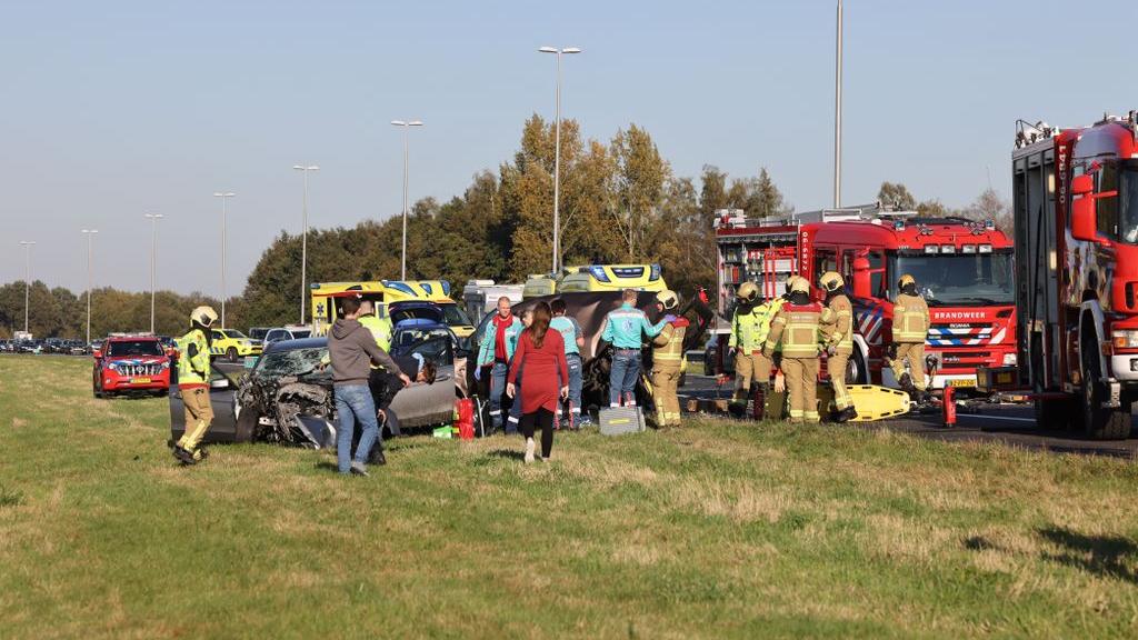 Politie zoekt getuigen van zware crash A50, 'Mercedes botste vol achter op file'