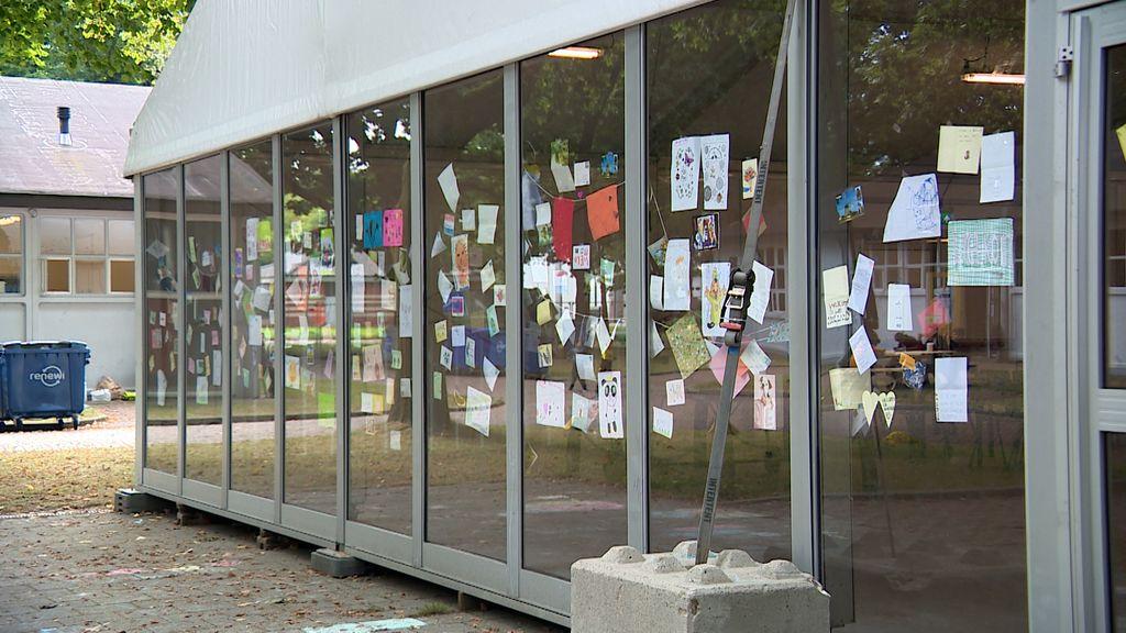 Op de glazen wand van het ontmoetingscentrum zijn talloze kaarten opgehangen.  Foto: Omroep Gelderland
