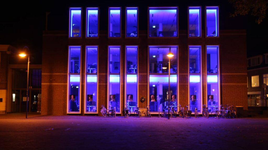 Ook stadhuis Wageningen kleurt blauw ter gelegenheid van 75 jaar VN