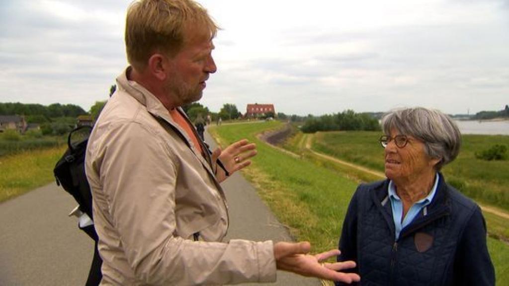Harm Edens in gesprek met een wandelaar in Lent. Foto: Omroep Gelderland