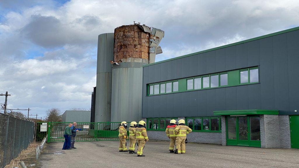 'Een levensgevaarlijke situatie', platen waaien van metershoge silo in Putten