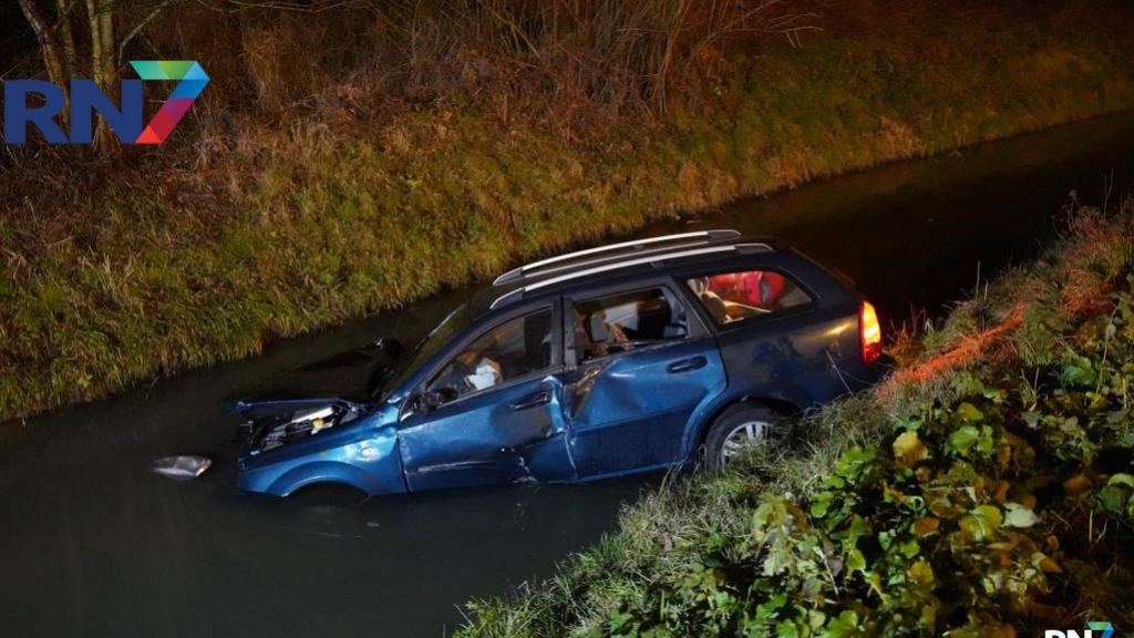Auto belandt na botsing in sloot langs A73