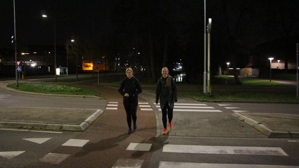 Suzanne en Laura wandelen 60 kilometer voor de Wensambulance
