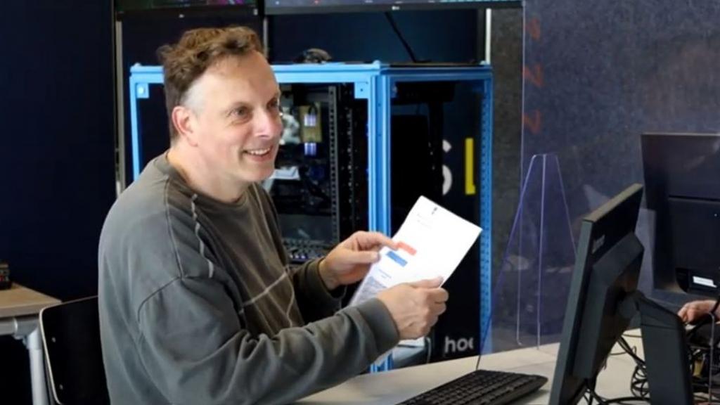 Studenten Technova helpen ouderen met de digitale QR-code  Foto: XON