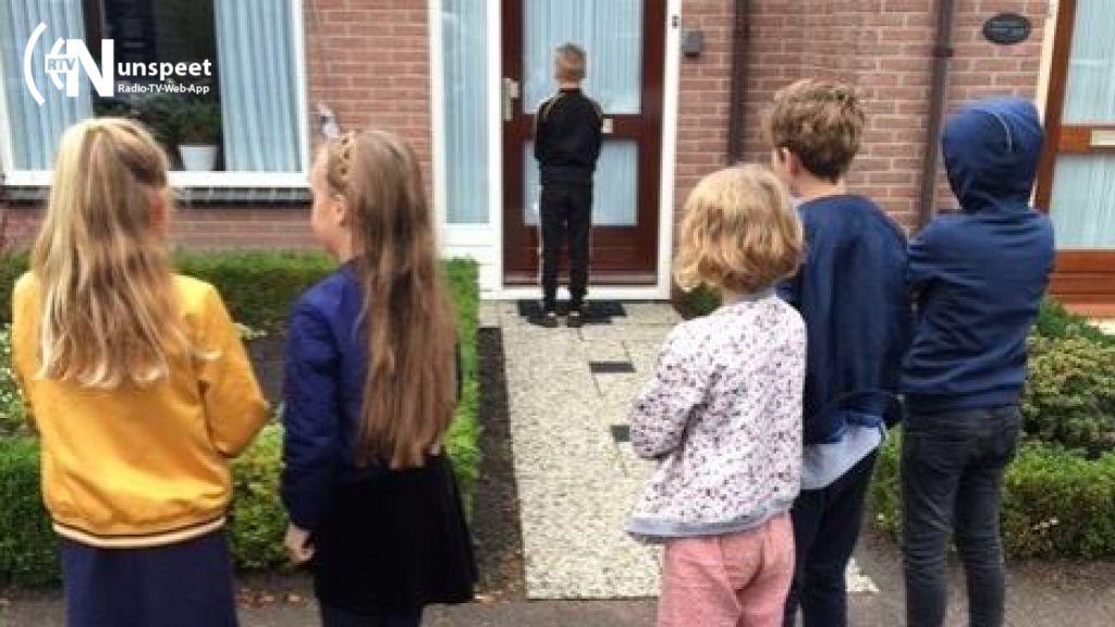 Kinderen van Nunspeetse school verrassen de buren