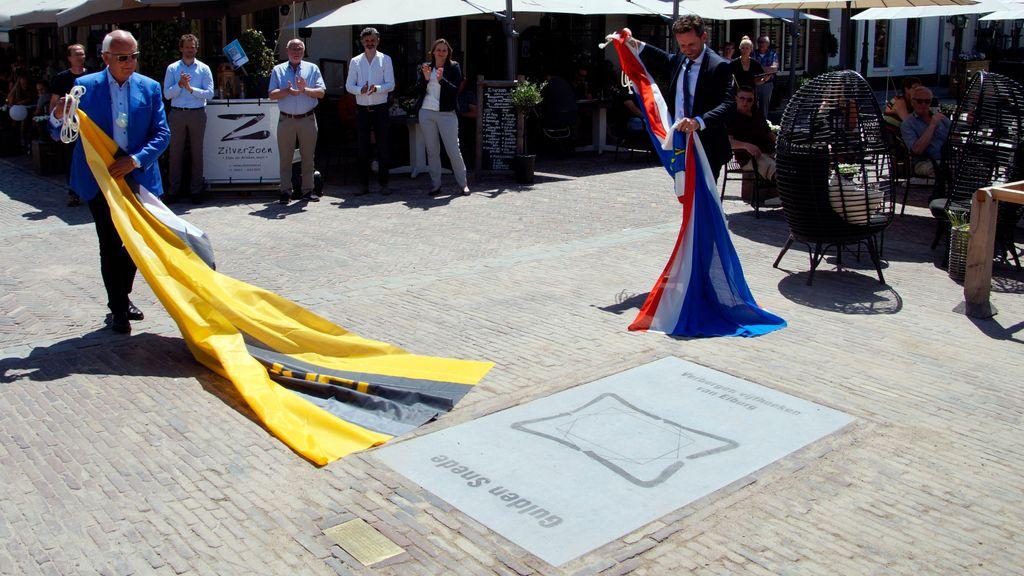 De onthulling van de plaquette van de Gulden Snede Foto: Gemeente Elburg