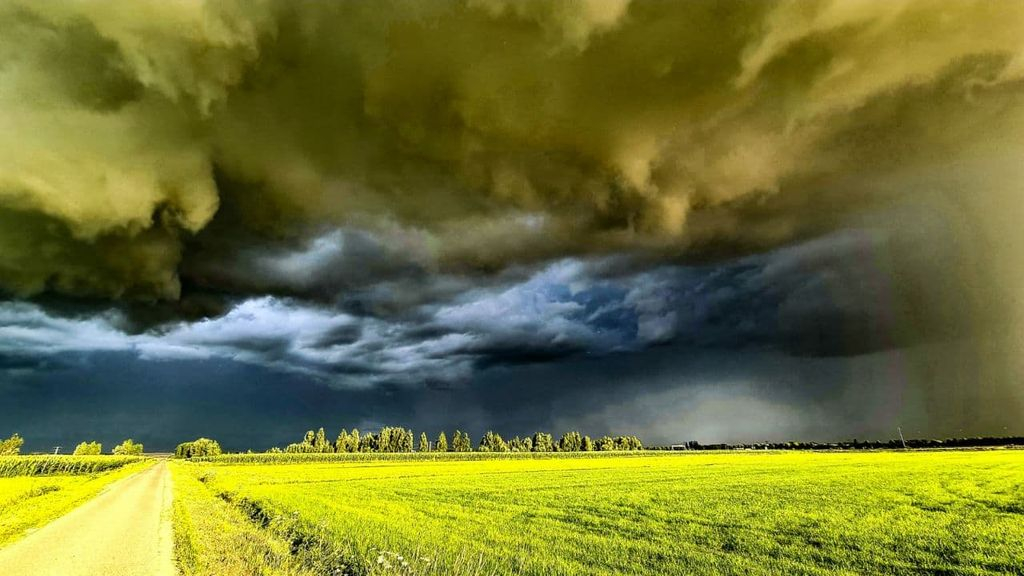 Donkere wolken boven Gelderland Foto: Charles Moll/ Persbureau Heitink