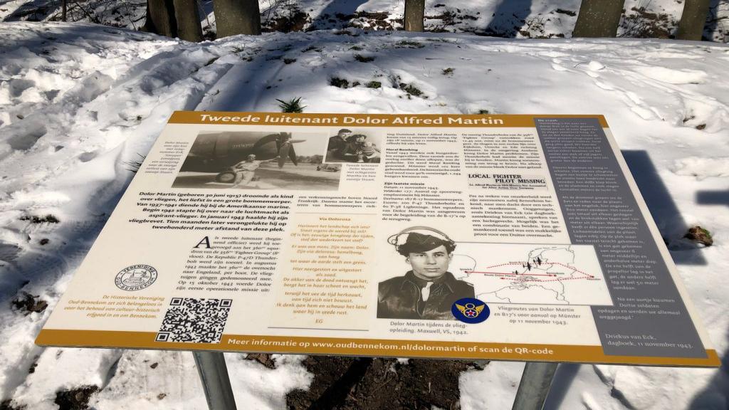 Informatiebord over de gesneuvelde Britse oorlogspiloot Dolor Martin aan de Krommesteeg in Bennekom