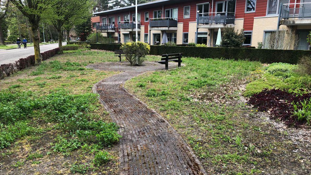 Bewoners De Brem ergeren zich aan verwaarloosde gemeenschappelijke tuin