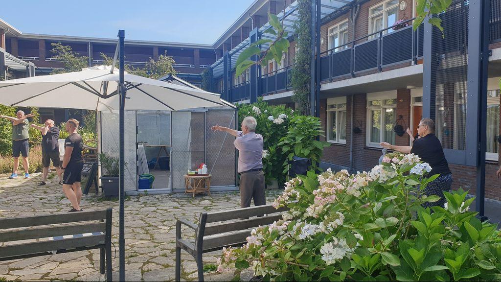 Bewoners seniorencomplex zoeken vertier om coronacrisis door te komen
