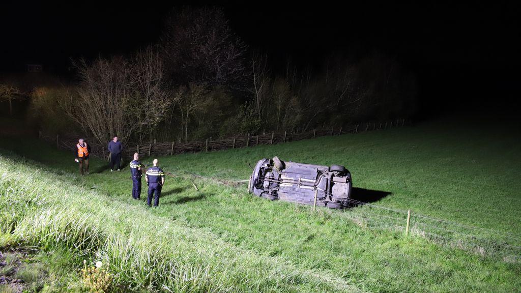 Auto schiet van dijk in Lienden, bestuurder neemt de benen