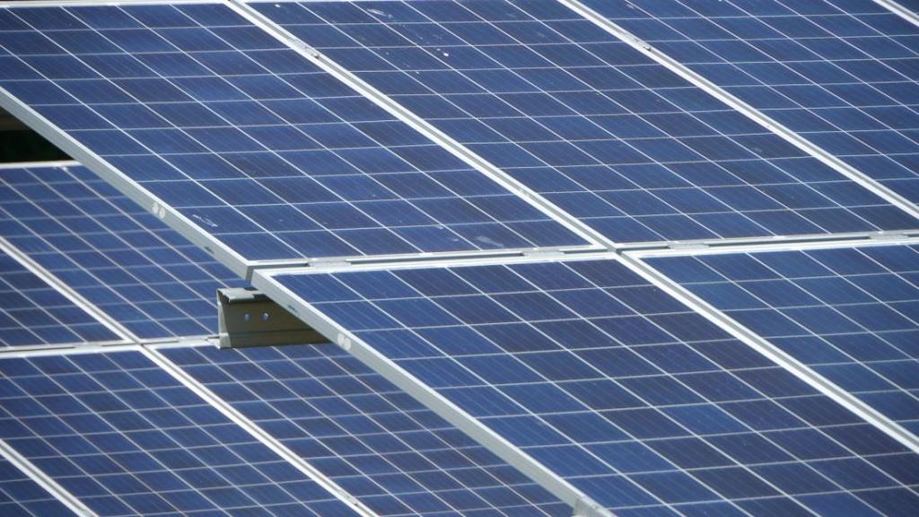 Bouw drijvend zonnepark van start