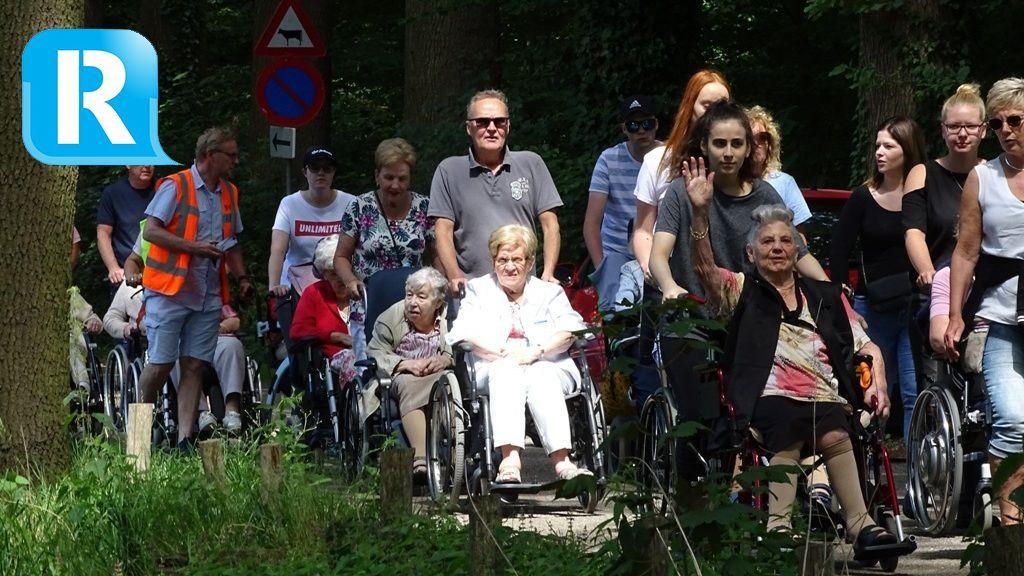 Ouderen genieten tijdens Wandel3daagse door Velp