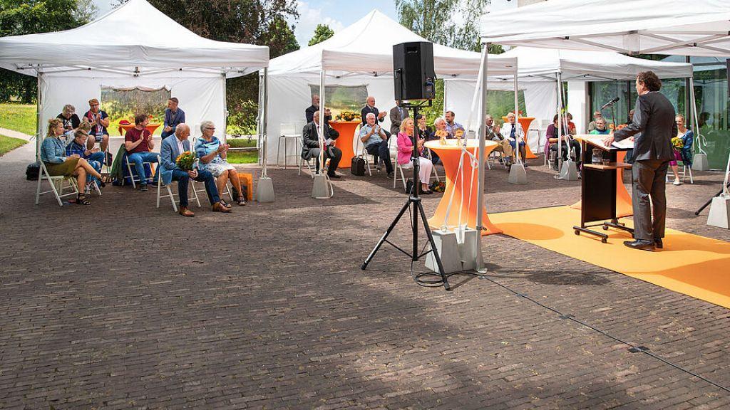 Burgemeester René Verhulst van Ede overhandigt veertig lintjes aan trotse inwoners