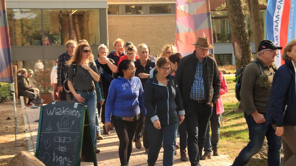 Wandelaars vertrekken voor hun Pegasuswandeling bij startbureau 'Het Hart' Foto: Archief Stichting Recreatie Veluwe en Vallei