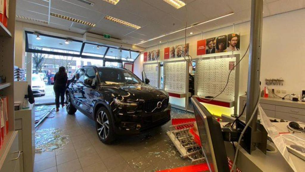 Automobilist rijdt brillenwinkel in Veenendaal binnen