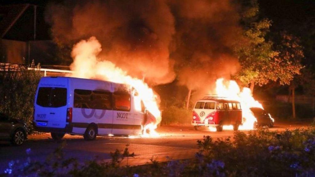 Jacht op trio na autobranden in Ede, politie stuurt sms-bom