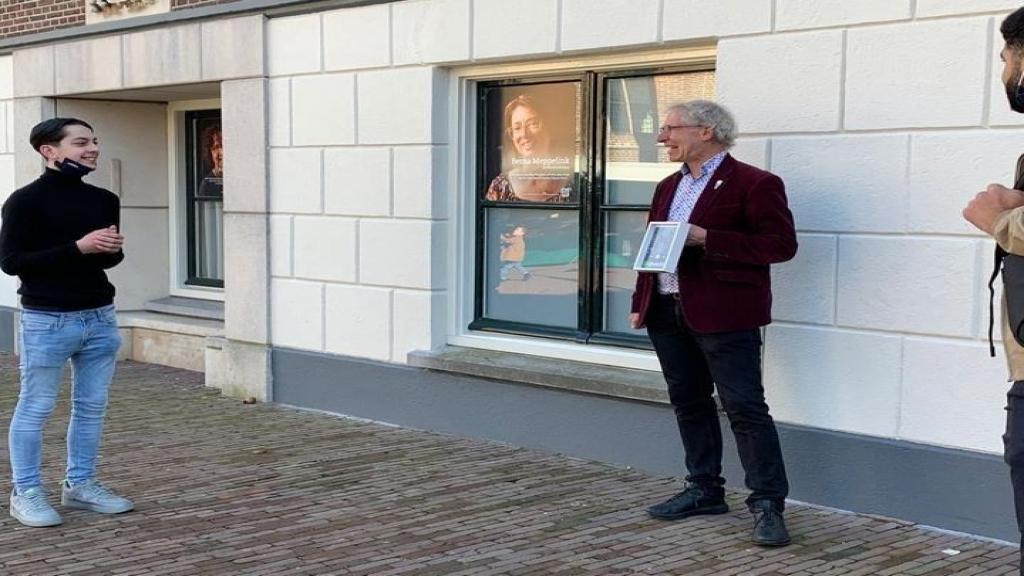 Anti racisme rap aangeboden aan Wethouder Bosland in Wageningen