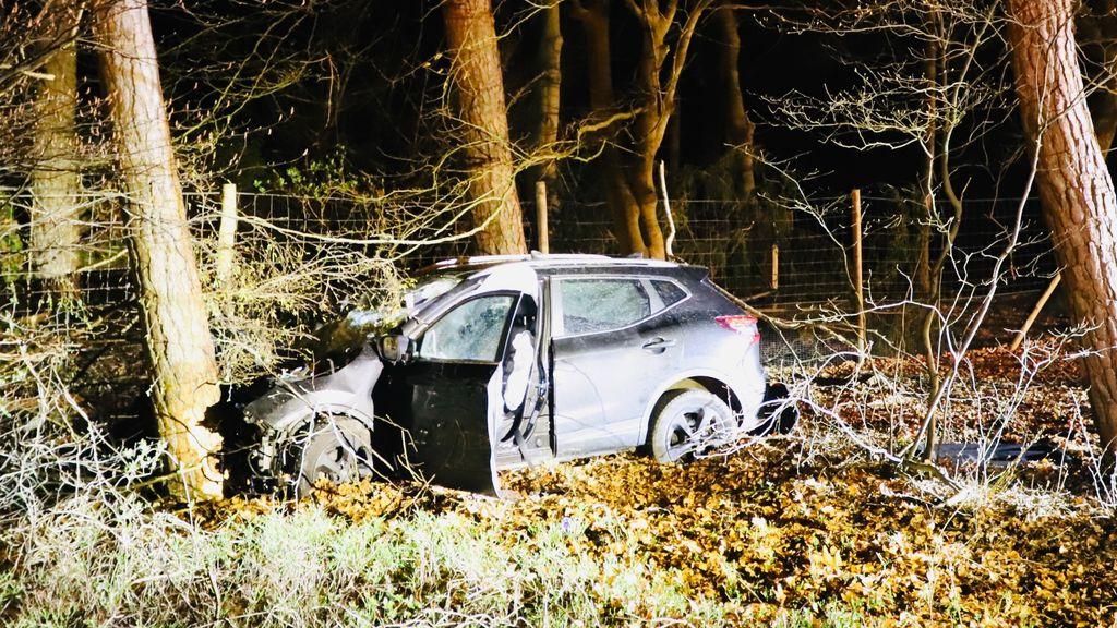 Automobilist rijdt achterop vrachtwagen en komt tegen boom tot stilstand
