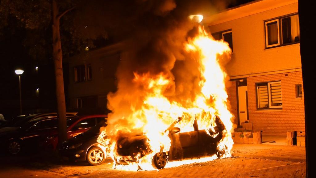 Bewoners raken in één klap twee auto's kwijt door brand