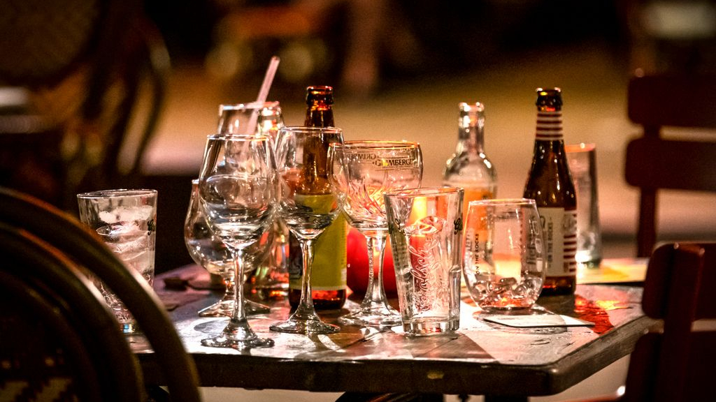 Een op de vijf jongeren drinkt meer alcohol tijdens lockdown, overgrote deel is somberder