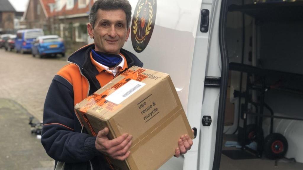 'Pakketbezorger van het jaar' Mirac heeft hondenkoekjes en doet klusjes bij mensen thuis